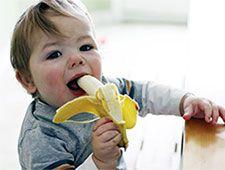 ребенок с бананом
