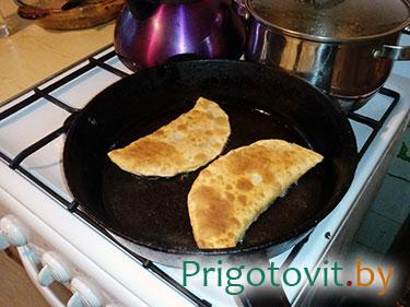 готовый чебурек на сковороде